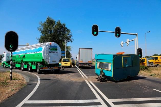 Vrachtwagen knalt op foodtruckcaravan