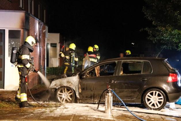 Twee auto's in brand; schade aan woningen