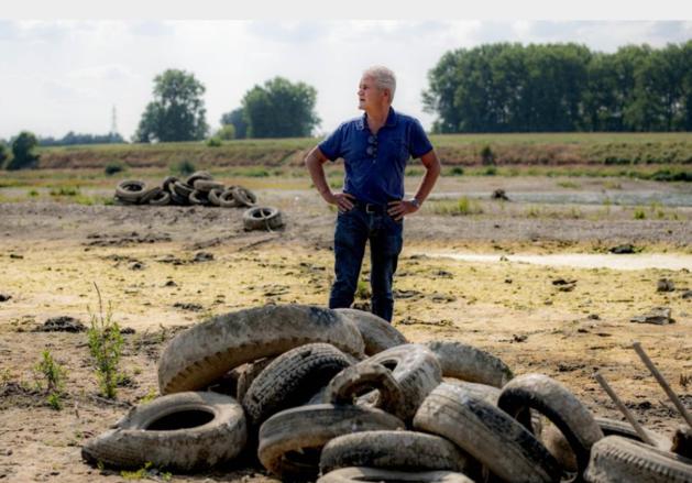 Honderden oude banden gedumpt in rivier