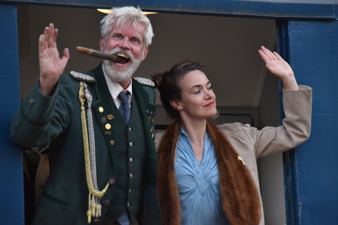 Theaterstuk over Kaiser Wilhelm gespeeld in een oude trein