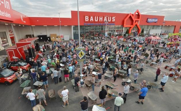 Honderden kruiwagens bij opening Bauhaus in Venlo
