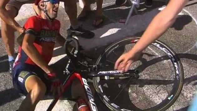 Einde Tour voor Nibali na botsing met motor op Alpe d'Huez