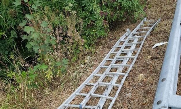 Automobilist verliest ladder op A2: meerdere wagens beschadigd