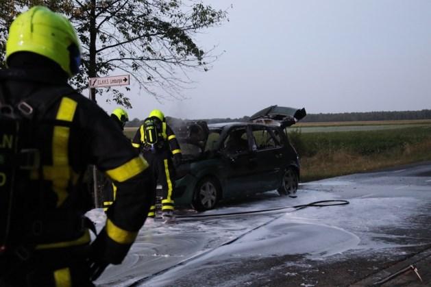 Rijdende auto vat vlam in Linne