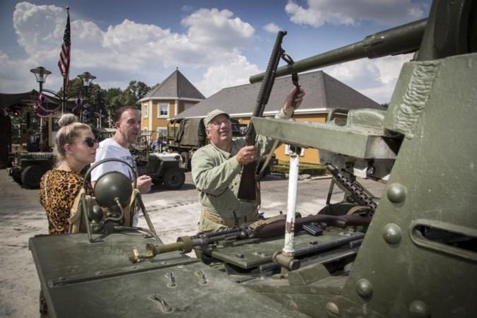 Elk jaar herdenken met legervoertuigen en uniformen