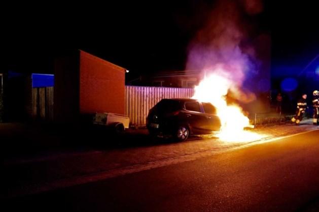 Auto met gastank gaat in vlammen op