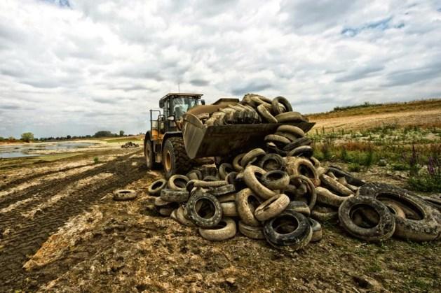 Gedumpte autobanden weggehaald uit Maas