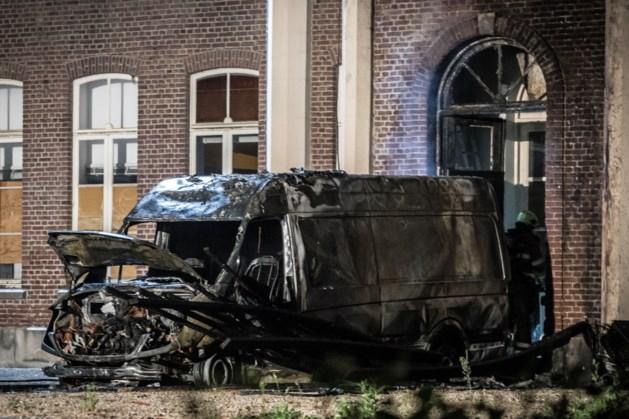 Bestelbus in lichterlaaie, vlammen slaan over naar klooster