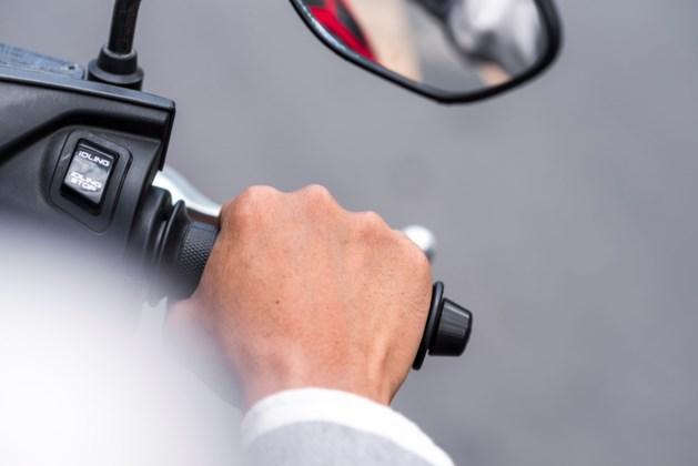 Automobilist sleepte scooterrijder mee