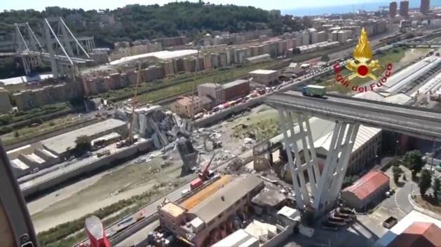 Truck nog steeds op rampbrug Genua, met ruitenwissers aan