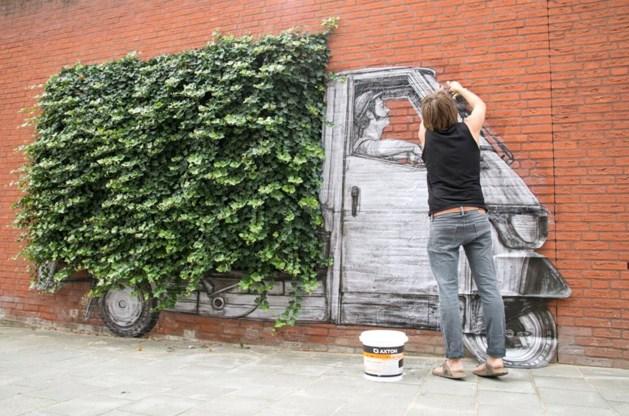 Parijse street art kunstenaar Levalet al tekenend door Heerlen