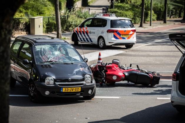 Auto botst tegen motorfiets: twee gewonden