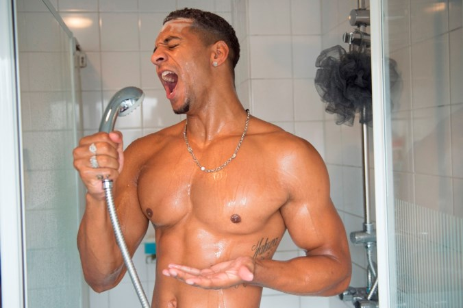Temptation Jay verandert onder de douche in Whitney Houston