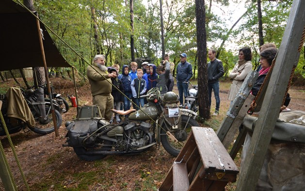 Leerlingen leren over oorlog in Venrays bos