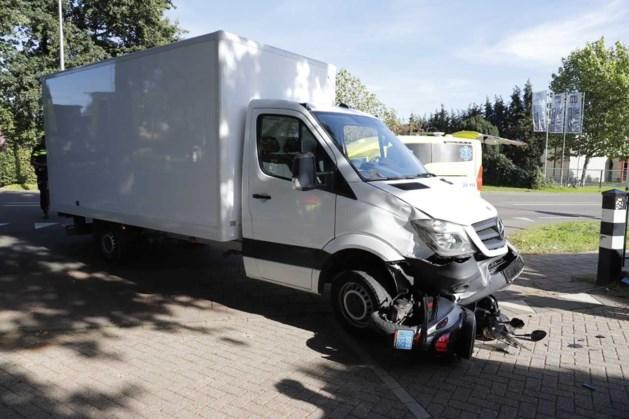Scooter onder vrachtwagentje: twee gewonden
