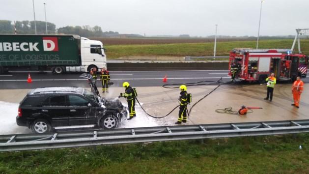 Auto vliegt in brand op A73