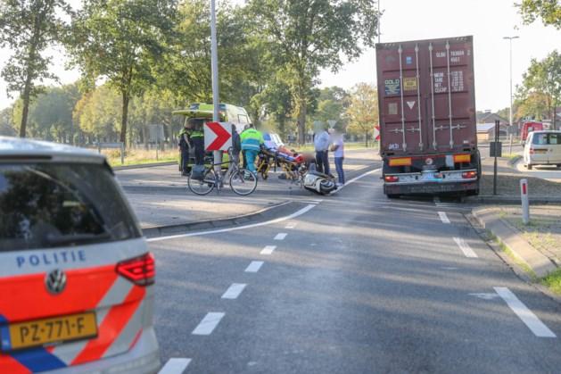 Scooterrijder gewond na botsing met vrachtwagen