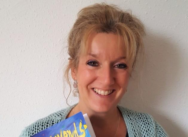 Vivianne Rijnders leest voor uit Vastelaovendsvrundsjes