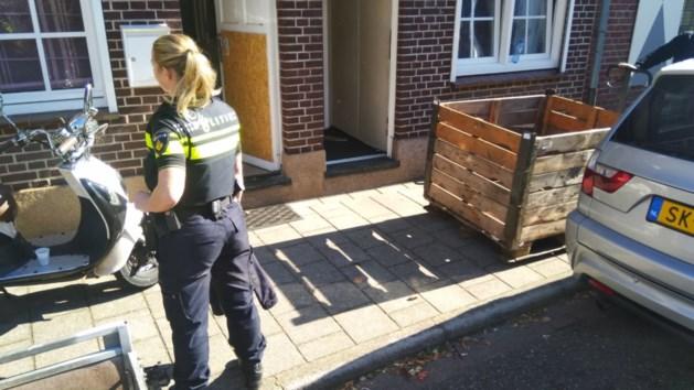 Drie personen aangehouden na vondst van drugs en wapens