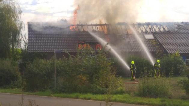 Uitslaande brand bij boerderij in Montfort