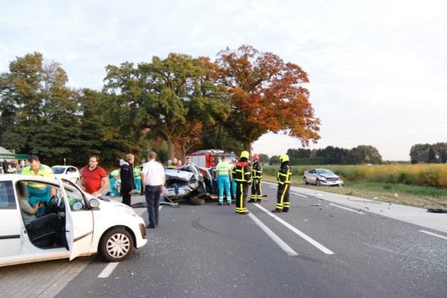 Aanrijding tussen drie auto's: meerdere gewonden
