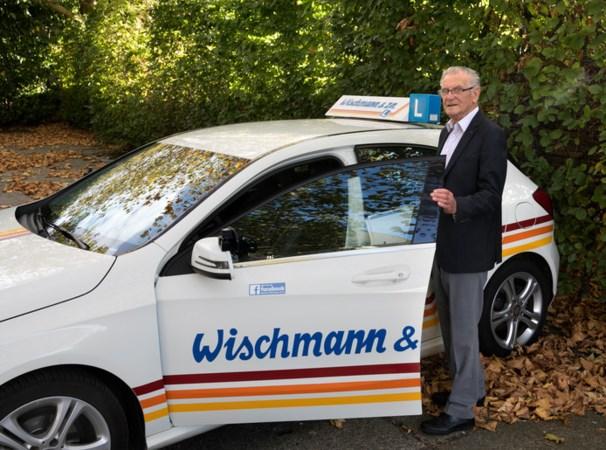 Instructeur Thei Wischmann (85) moet zelf rij-examen doen