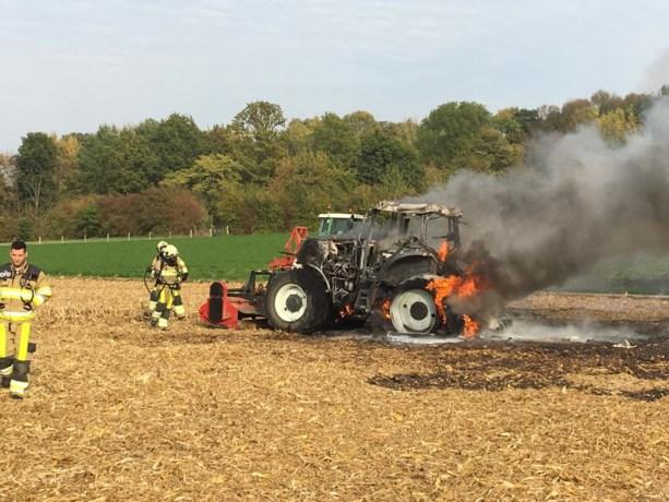 Tractor vliegt in brand op maisveld