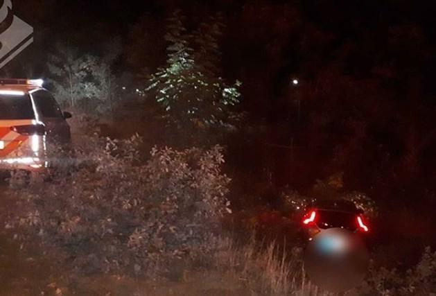 Vluchtende automobilist rijdt talud af na wilde achtervolging