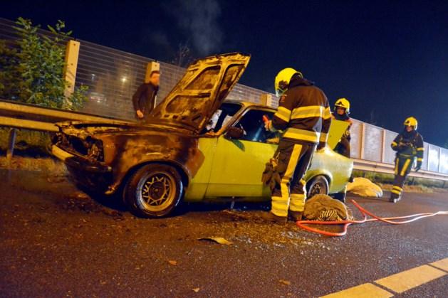 Oldtimer brandt uit op A73 Tegelen