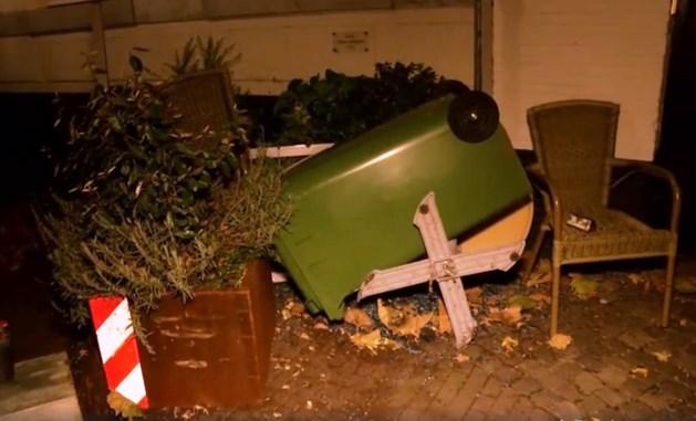 Automobilist verwoest terras, politie zoekt getuigen
