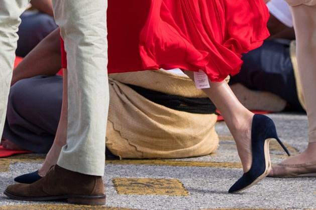 Oeps! Prijskaartje bungelt aan felrode jurk Meghan Markle