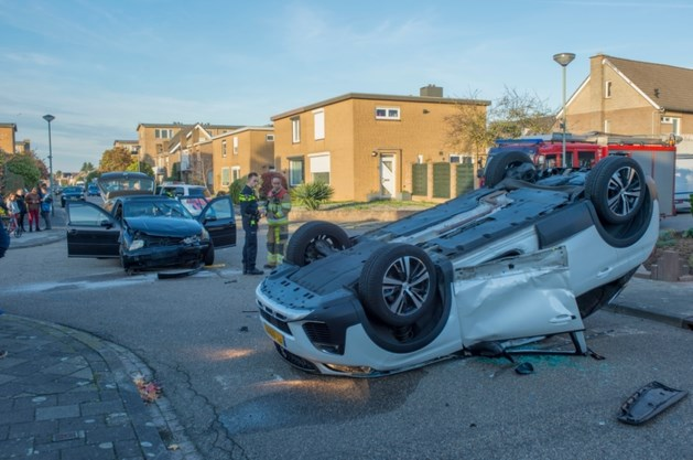 Auto belandt op de kop na botsing