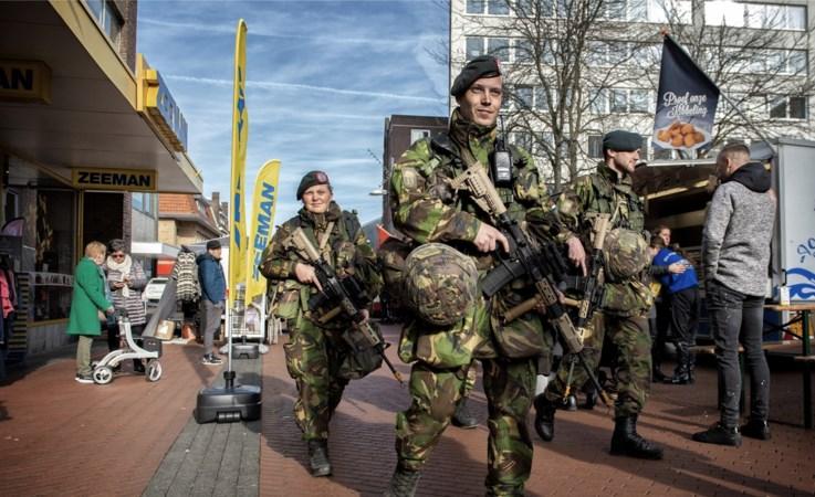 Zwaarbewapende militairen zoeken tussen winkelend publiek naar 'terroristen'