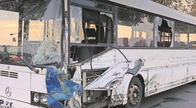 Frontale botsing met schoolbus: bestuurder in levensgevaar