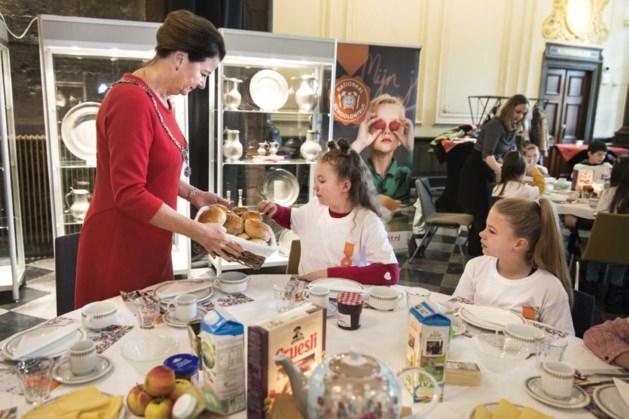 Kinderen ontbijten met burgemeester