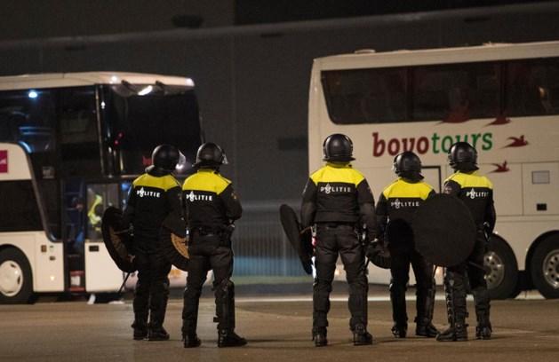 Rellen buiten stadion FC Den Bosch door Luik-hooligans, politie met vuurwerk bekogeld