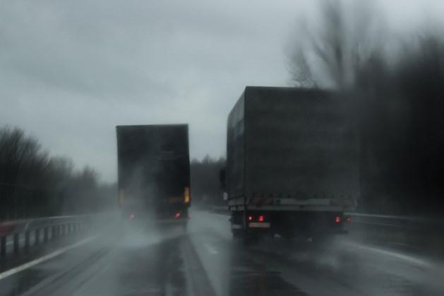 Camera's in Vlaanderen tegen inhalende vrachtwagens bij regen