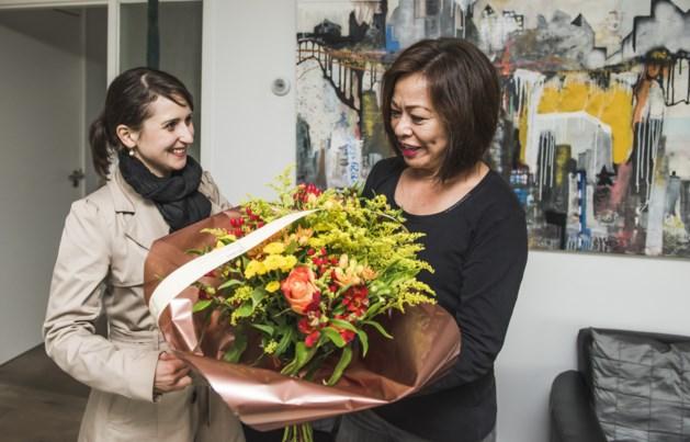 Burgemeester en wethouders brengen mantelzorgers bloemen