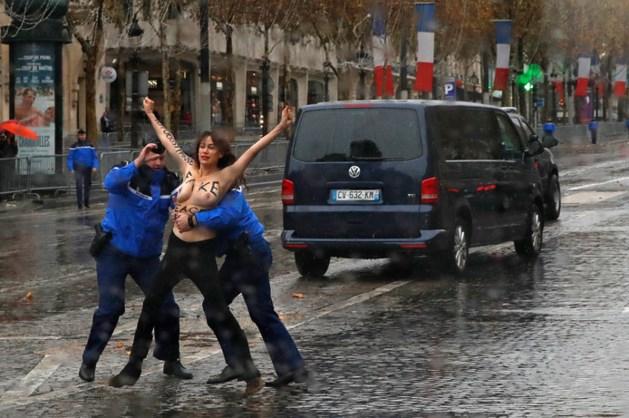 Halfnaakte activisten bestormen konvooi van Trump in Parijs