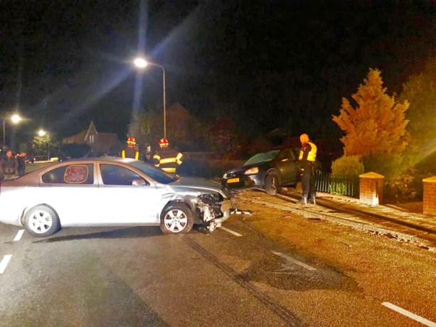 Automobilist botst op geparkeerde auto