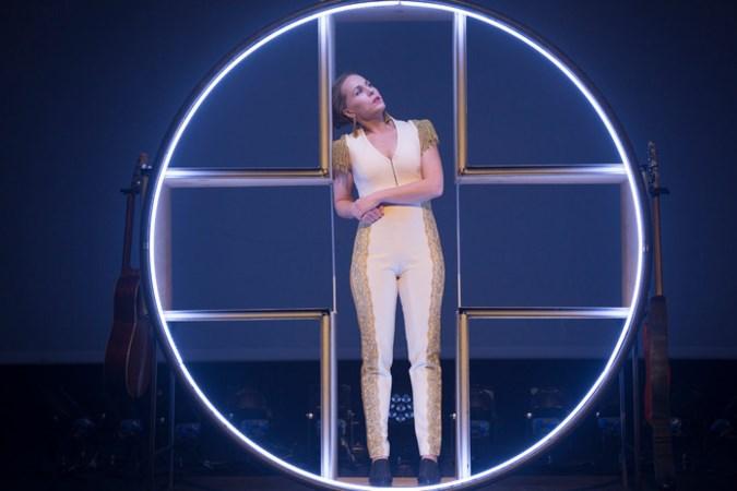 'Onewomanshow Hadewych Minis is heerlijke trapezeact van alleskunner'