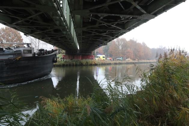 Aanrijding in Nederweert: auto schiet kanaal in