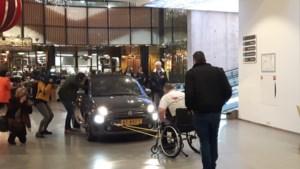 Met rolstoel een auto trekken voor Voedselbank