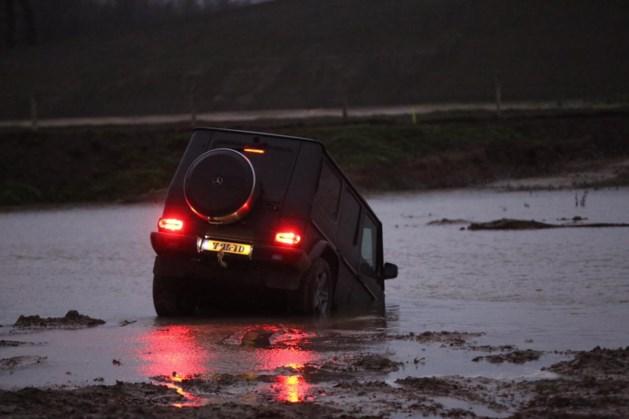 Auto te water in Weert, bestuurder ongedeerd