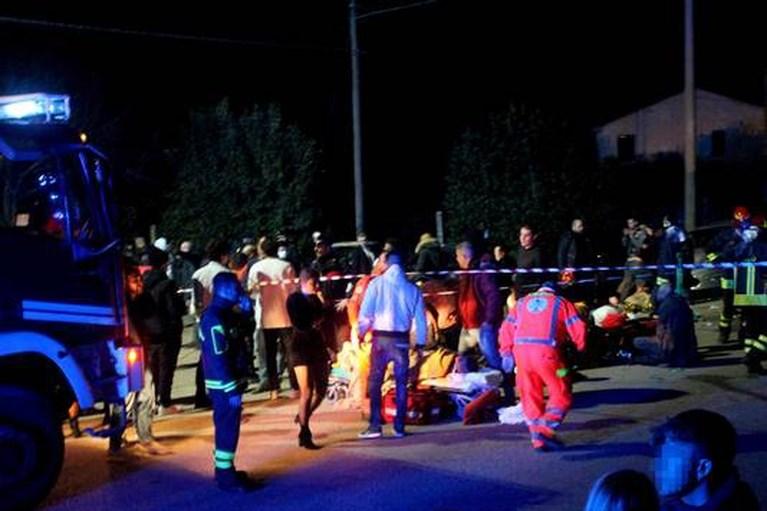 'Tientallen jongeren vielen van noodbrug in overvolle Italiaanse discotheek'