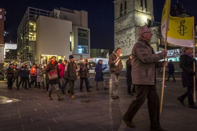 Fakkeloptocht in Heerlen tijdens Dag van de Mensenrechten