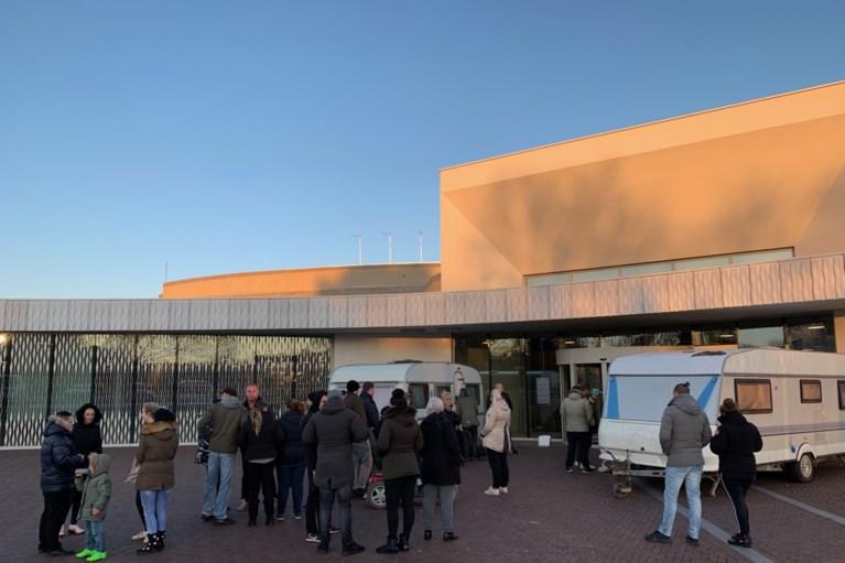 Woonwagenbewoners ketenen zich vast voor gemeentehuis Landgraaf
