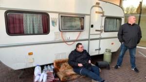 Caravans met woonwagenbewoners weggesleept bij gemeentehuis