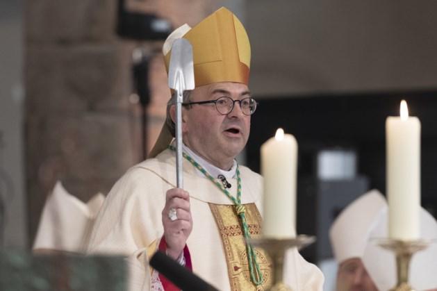 Nieuwe bisschop dient vormsel toe in Reuverse Lambertuskerk
