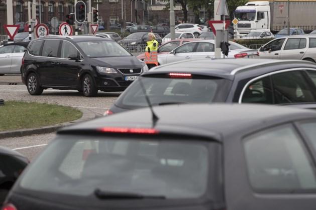 Uur in de file bij Roermond door koopjesjagers